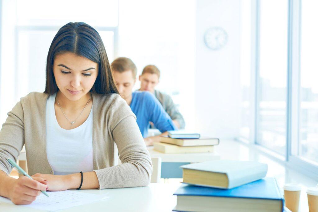Alumnos toman el examen HSK