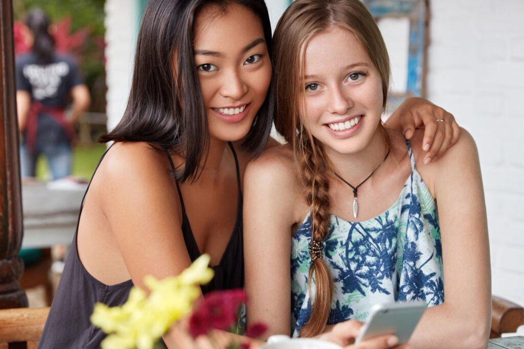 Una chica china con su amiga occidental