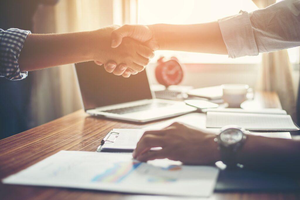 Dos hombres estrechan la mano por contrato de trabajo