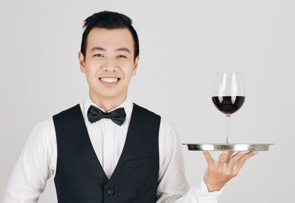Camarero ofrece vino (xiang)