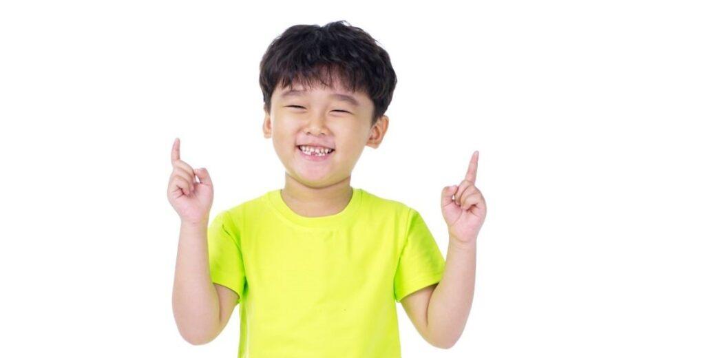 Niño indica el número 1